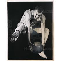 1950 Press Photo Beloit College basketball Bill Bartz at practice - nes41736