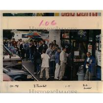 1998 Press Photo Waiting in line for Powerball tickets - orb20259