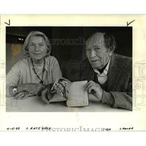1988 Press Photo Conrad Reisner and Elsa Talk about their escape from Nazis