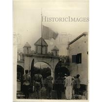 1918 Press Photo Moroccan soldiers pay homage to flag of France in Yaoundi