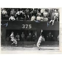 1960 Press Photo Nats Pete Whisenant catches fly ball of Minnie Minoso
