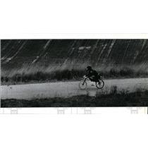 1991 Press Photo Mark Howell rides a gravity-powered bicycle on St Michaels Road
