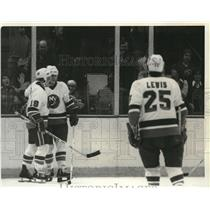 1979 Press Photo Bryan Trottier, Mike Bosey of Islanders in Stanley Cup playoff