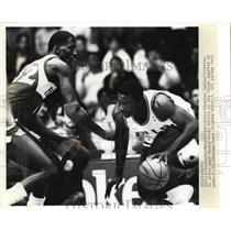 1986 Press Photo Bulls Charles Oakley vs Hawks Kevin Wills in game action