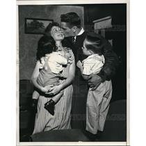 1946 Press Photo Ernie Case, quarterback of the U.C.L.A. Grid Team & his family