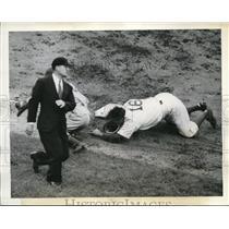 1942 Press Photo Billy Herman, Dodgers second baseman with Dick Bartel, Giants