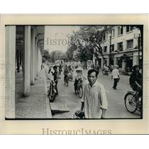 1977 Press Photo Busy scene on street in Hanoi depicts the clutter of bicycles