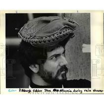 1983 Press Photo Steve Nicosia Pittsburgh Pirates Catcher Wears Mitt On Head
