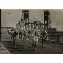 1978 Press Photo Portland Mayor Neil Goldschmidt out front biking to work.