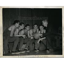 1943 Press Photo Rice basketball players with Cch Joe Davis at Madison Square