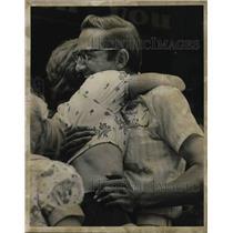 1975 Press Photo George Fertig with wife Grace, one million lotto winner