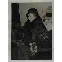 1934 Press Photo Mrs Robert Gordon Switz held with the Spy Scare in Paris