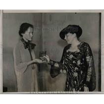 1936 Press Photo Mrs Frank D Pavey present French Medal to Alicia Stewart