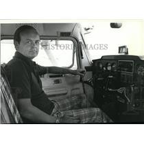 1991 Press Photo Brian Gunnari Air Traffic Controller at Felts Field