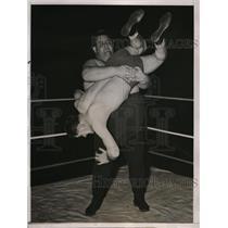 1937 Press Photo 450-pound wrestler Bill Kennedy slams Jack Wagoner to mat
