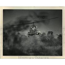 1983 Press Photo Helicopter Sprays Field Highway 21 Omro in Waushara County