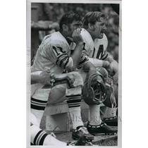 1971 Press Photo Bill Nelson on bench with DE Bob Briggs - cvb58993