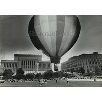 1982 Press Photo Hot-air balloon on MacArthur Square on Civic Center Plaza