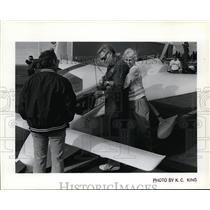 1987 Press Photo Jean Koch greets husband John after he landed at Geiger Field