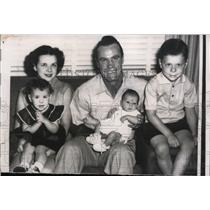1956 Press Photo Yankees outfielder Hank Bauer with wife and three children