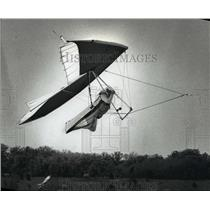 1990 Press Photo A hang glider towed by a vehicle lifts into the air - mja03359
