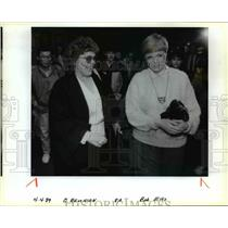 1985 Press Photo Sisters' reunion at Portland International; Airport - orb41007