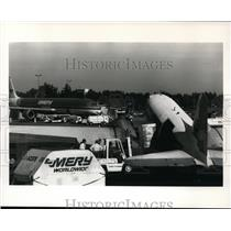1988 Press Photo Salair ground crew unload freight from the company's DC-3