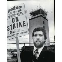 1981 Press Photo Butch Overhauser picketing outside Spok. International Airport