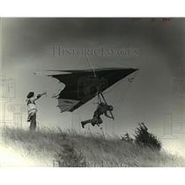 1979 Press Photo Dale Maas hang gliding near Lodi - mja03355