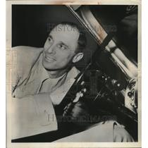 1951 Press Photo Cardinal outfielder Chuck Diering checks out a car to buy