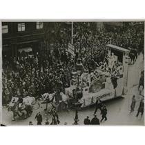 1930 Press Photo Mi-Careme procession passes through Paris as crowd cheers queen