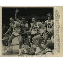 1973 Press Photo Bulls Bob Weiss, Jerry Sloan, Dennis Awtrey chase loose ball