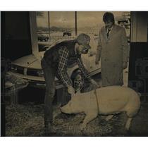 1986 Press Photo Robert Barthels delivered a hog to car salesman Jeff Anderson