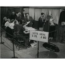 1954 Press Photo citizens cast their ballots at the 4th ward, 6th precinct