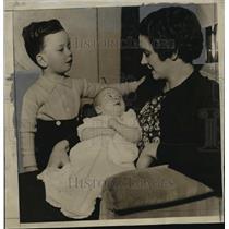 1935 Press Photo Mrs Charles Krause Jr w/ Charles Krause Jr & Carol Ann