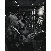 1993 Press Photo Man playing slot machine at the Ho-Chunk casino in Lake Delton
