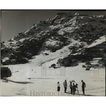 1956 Press Photo Skiers at the Austalian Alps Near Melbourne - mja03972