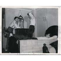 1946 Press Photo New York Three Syracuse basketball players relax in hotel NYC