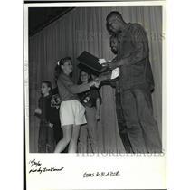 1991 Press Photo Trail Blazer Cliff Robinson shakes hand of Ashley Smith
