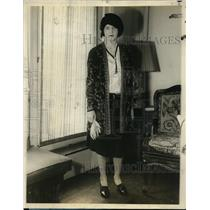 "1927 Press Photo New York Mary Brennan in ""Petite Promenade"" walking dress NYC"