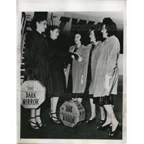 1946 Press Photo New York Vesta and Veda Ryker greet Sinclair triplets NYC