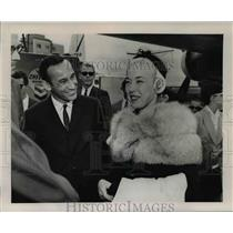 1959 Press Photo Marilyn Stevens at the airport with Stephen Papich - orp28807