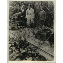 1933 Press Photo Wagner Descendants at the Grave of Richard Wager and Wife