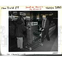 1993 Press Photo Bill Courch uses vending machine carts at Portland Intl Airport