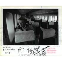 1991 Press Photo Ted Veal tries seating in a Boeing 234 Chinook - orb15802