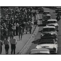 1956 Press Photo Thousands of Milwaukeeans swarmed Bradford Beach - mjx03484