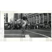 1988 Press Photo Bruce Manners rides a unicycle-Christmas Parade - cvo01353
