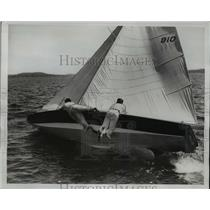 1934 Press Photo Lake Washington boat race crew on side of the sail craft