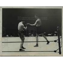 1927 Press Photo Two boxers in a bout in boxing ring - net17078