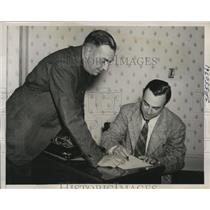 1940 Press Photo Sacramento Bill Schuster signs to play shortstop for Indians